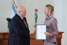 Награду получает Елизавета Славина