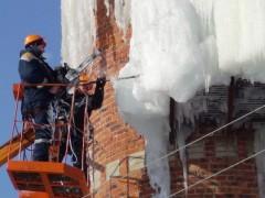Спасатели избавляются от наледей, угрожающих жизни граждан