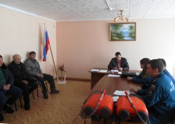 Вручение ранцевых огнетушителей добровольцам из с. Владимировка при главе поселения