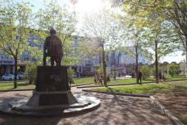 Горожане собирались возле памятника (1)