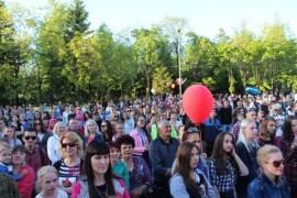 Посмотреть и послушать актеров и вокалистов пришли сотни горожан