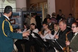 Знакомиться с выставками помогал экстрадно-духовой оркестр (2)