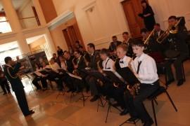 Знакомиться с выставками помогал экстрадно-духовой оркестр