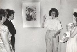 1991 год Музей современного искусства ЕАО МАРИНА РУСОВА (Минченко) ведет экскурсию по выставке детского рисунка