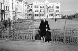 Биробиджан. Сквер Советов. 1955 год Моя мама с мои братом.
