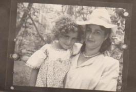 Е.Гершкович с дочкой Валентиной 1952 парк культуры,который в то время находился на острове.