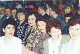 Одноклассники в актовом зале школы.Юбилейный вечер 1997