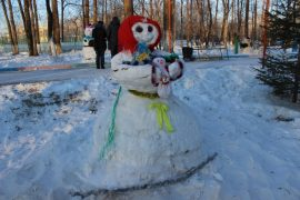 snegoviki-ukrasili-park-kulturyi-i-otdyiha-12