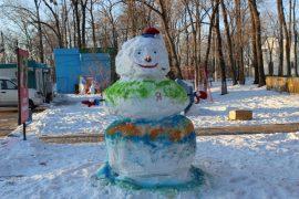 snegoviki-ukrasili-park-kulturyi-i-otdyiha-8