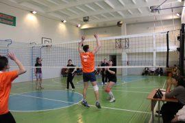na-shkolnyih-kanikulah-pedagogi-birobidzhana-igrayut-v-maloformatnyiy-voleybol