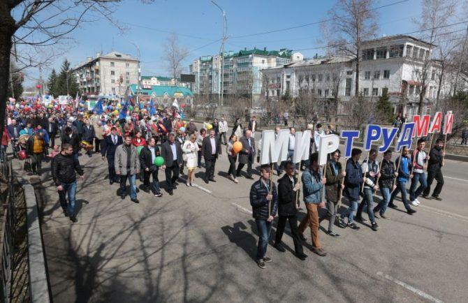 Первомайским шествием прошли колонны демонстрантов по улицам Биробиджана