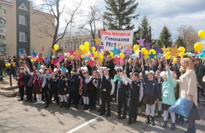 Юбилей гимназии №1 шествием, флэшмобом и торжественным собранием отметили в Биробиджане