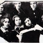 1930-ana-ayzikovna-s-komsomoltsami-do-voynyi