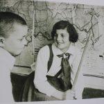 shkolnitsa-vozle-kartyi-na-yazyike-idish