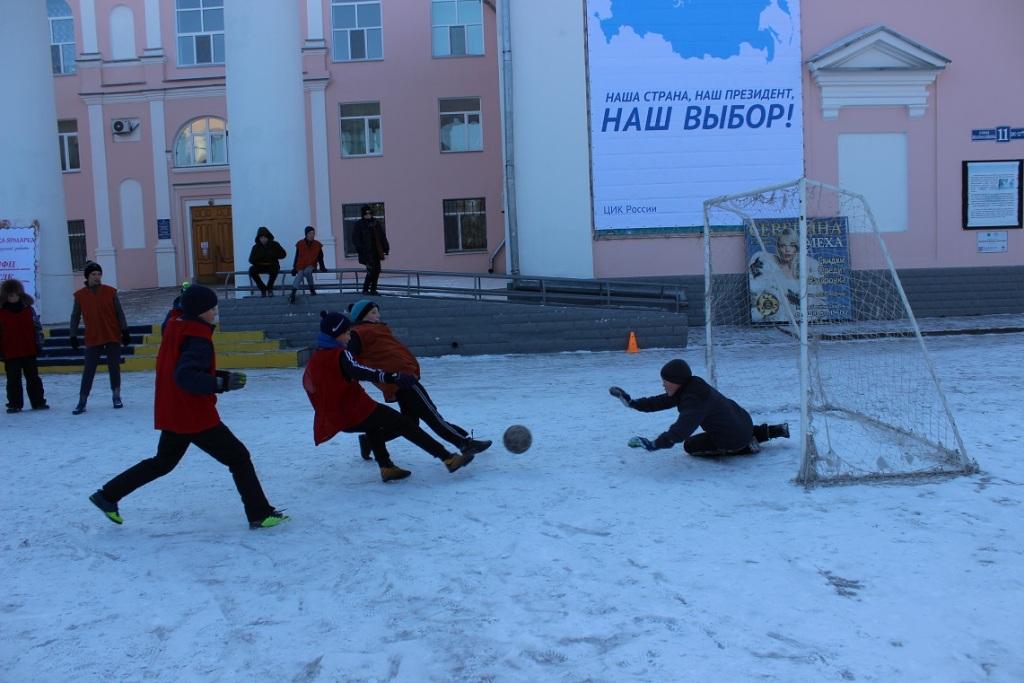 futbolnyim-horovodom-vokrug-elki-startoval-festival-gorodskoy-sredyi-v-birobidzhane-10