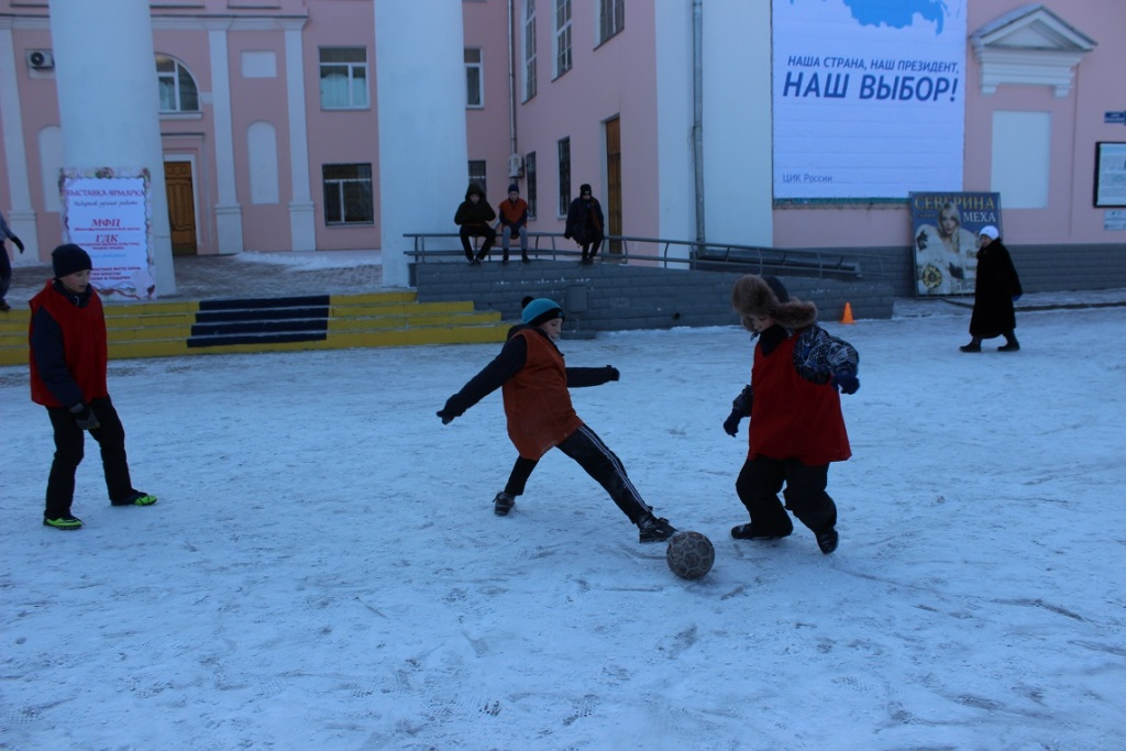 futbolnyim-horovodom-vokrug-elki-startoval-festival-gorodskoy-sredyi-v-birobidzhane-19