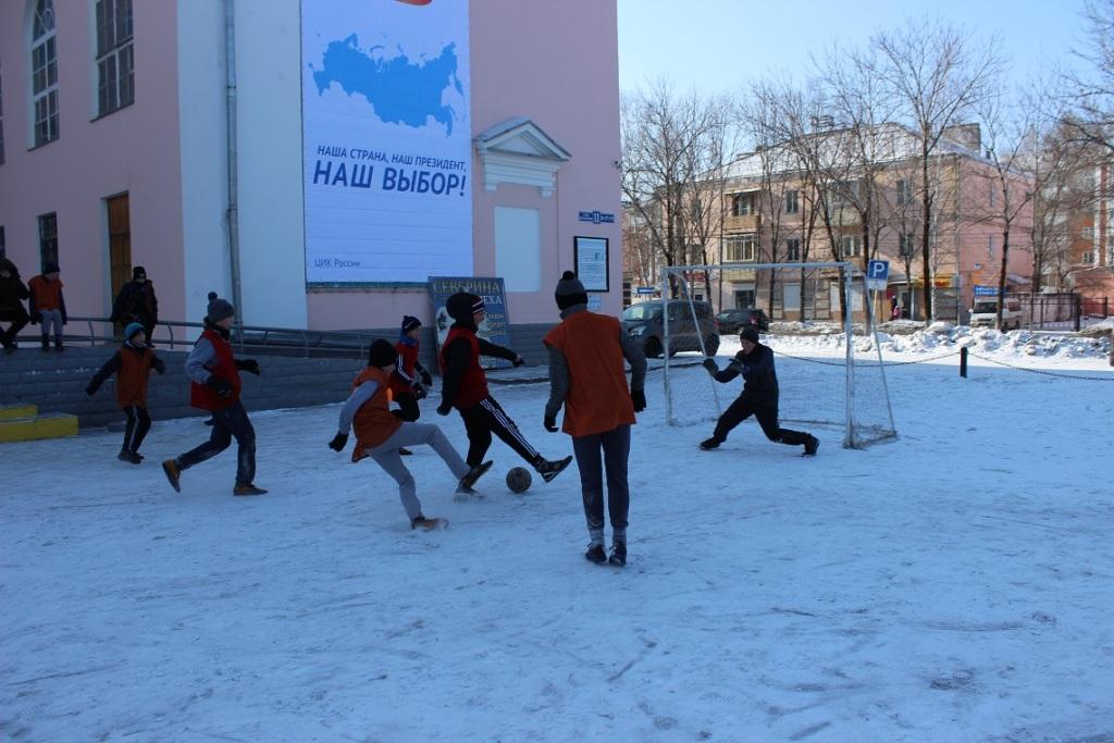 futbolnyim-horovodom-vokrug-elki-startoval-festival-gorodskoy-sredyi-v-birobidzhane-20