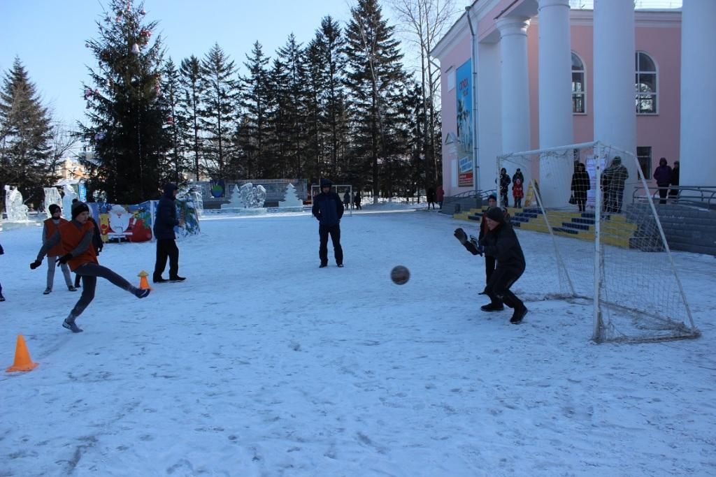sobyitie-futbolnyim-horovodom-vokrug-elki-startoval-festival-gorodskoy-sredyi-v-birobidzhane-22