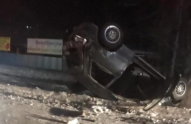 Жестокое ДТП в районе остановки ДСМ в Биробиджане – перевёрнутая иномарка и разбитое такси (ВИДЕО)