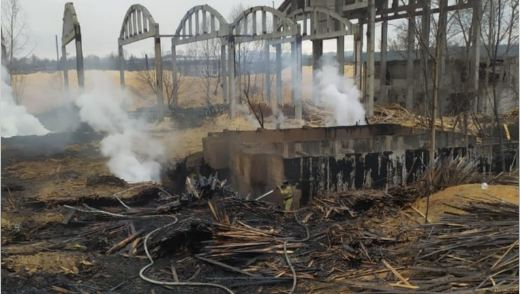 Около суток боролись с горящими отходами деревообработки пожарные в Биробиджане